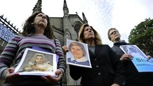 Vítimas de padres pedófilos protestam durante visita do papa ao Reino Unido.