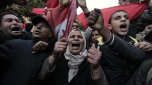 Des manifestants marchent vers le bureau du Premier ministre à Tunis, le 24 janvier 2011.