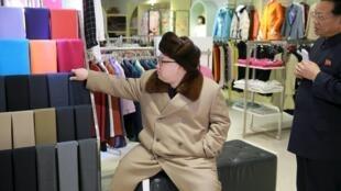 Lãnh tụ Bắc Triều Tiên Kim Jong Un tại khu mua sắm Mirae Shop mới được xây dựng. Ảnh do KCNA chụp ngày 28/03/2016.