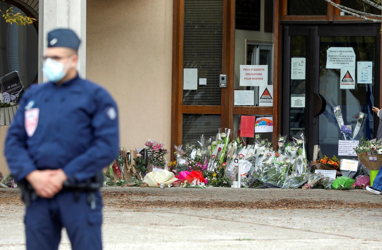 De nombreux bouquets de fleurs ont été déposés devant la façade du collège du Bois d'Aulne, à Conflans-Sainte-Honorine, le samedi 17 octobre 2020.