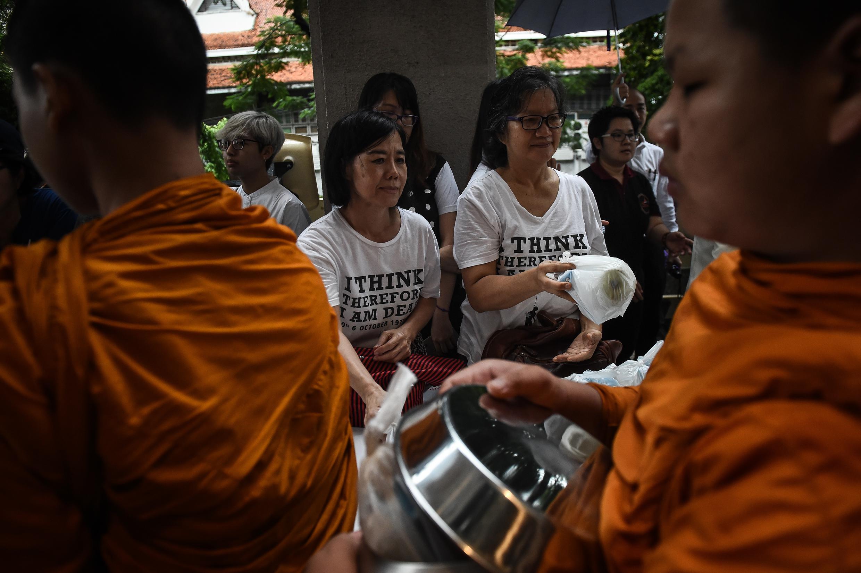 Người dân cúng dường trong lễ tưởng niệm 40 năm vụ thảm sát sinh viên đại học Thammasat, Bangkok, ngày 06/10/2016.