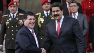 El presidente paraguayo, Horacio Cartes (izquierda), durante su visita oficial a Venezuela el 29 de julio de 2014.