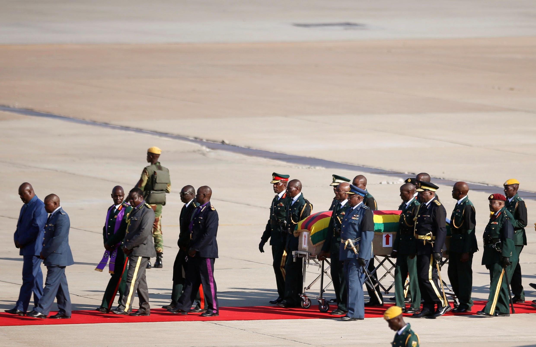 Mwili wa Mugabe umerejeshwa nchini Zimbabwe kwa mazishi yake ya kitaifa.
