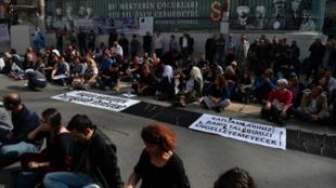 Les Turcs manifestent leur colère, mais aussi leur soutien aux familles endeuillées.