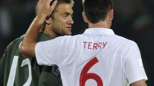El arquero Green, en el ojo del huracán por el gol, consolado por Terry.