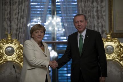 A chanceler alemã, Angela Merkel, ao lado do presidente turco Recep Tayyip Erdogan, em Istambul, em 18 de outubro de 2015.