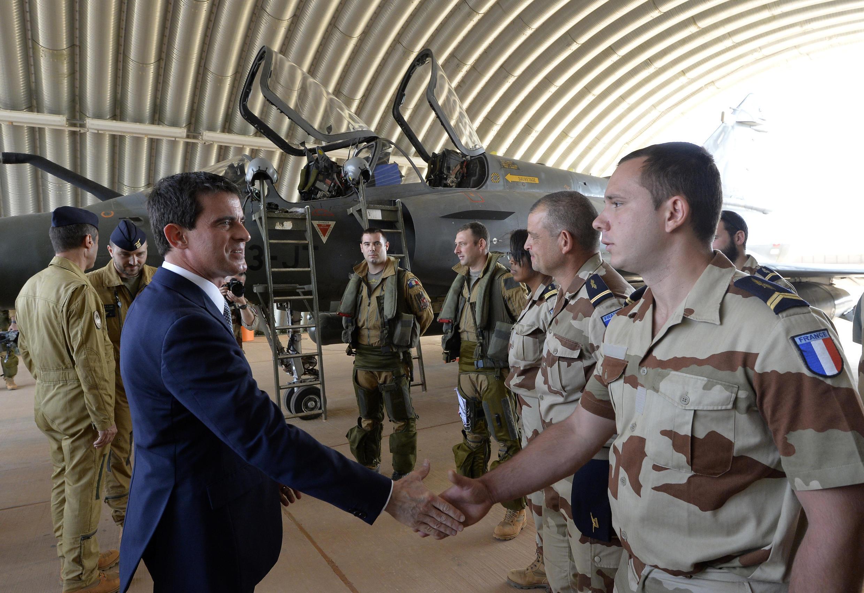 Manuel Valls rend visite aux pilotes de Mirage 2000D de l'opération Barkhane.