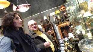 Ada descobre o mercado de antiguidades, a Feira da Ladra de Paris