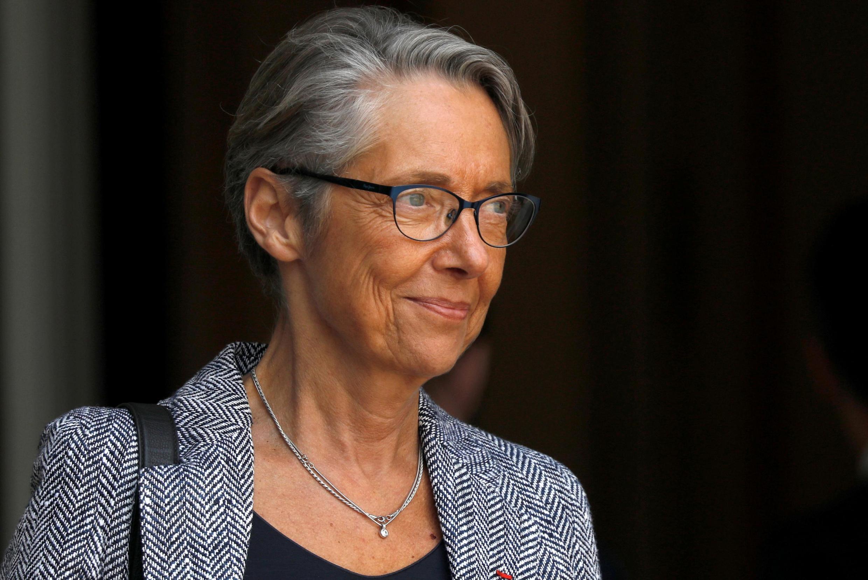 A ministra da Ecologia, Élisabeth Borne, é criticada por suas férias no exterior.