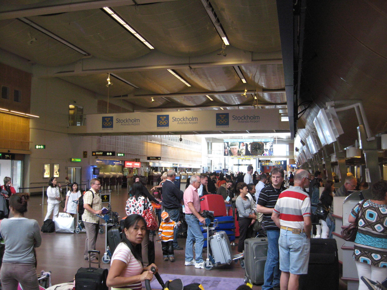 Fila de espera no saguão no aeroporto internacional de Estocolmo, na Suécia.
