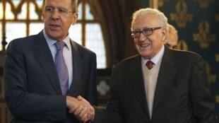 Ngoại trưởng Nga Serguei Lavrov (trái) và đặc phái viên quốc tế Lakhdar Brahimi tại Matxcơva ngày 29/12/2012.