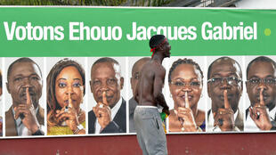 Des partisans du candidat PDCI Jacques Ehouo célèbrent la victoire de leur champion aux municipales, dans la commune du Plateau, à Abidjan, en Côte d'Ivoire, le 15 octobre 2018.