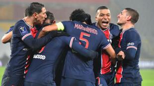 La joie des joueurs du Paris Saint-Germain, vainqueurs du Trophée des Champions face à Marseille (2-1), le 13 janvier 2021 à Lens