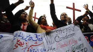 Des chrétiens pakistanais manifestent contre le meurtre du ministre des minorités Shahbaz Bhatti tué par balle au Lahore, le 2 mars 2011.