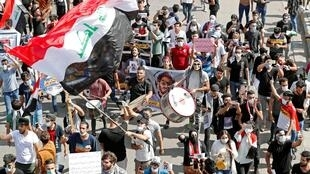 Des manifestants et des étudiants irakiens s'étaient rassemblés pour marquer le premier anniversaire des manifestations antigouvernementales sur la place Tahrir à Bagdad, le 1er octobre 2020.