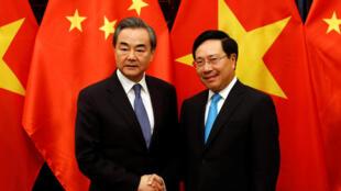 Bộ trưởng Ngoai Giao Trung Quốc Vương Nghị ( trái ) và đồng nhiệm Việt Nam Phạm Bình Minh tại Hà Nội ngày 01/04/2018.
