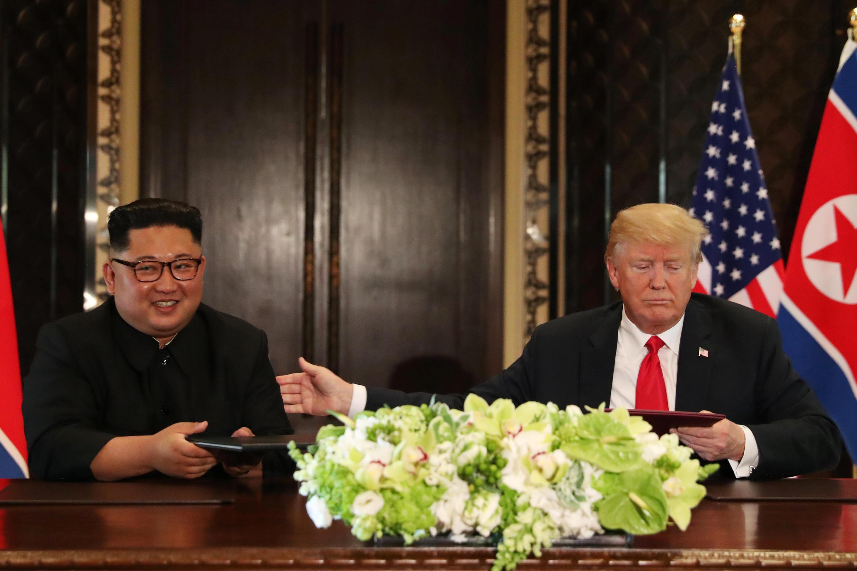 Kiongozi wa Korea Kaskazini Kim Jong-un (Kusho) alipokutana na rais wa Marekani  Donald Trump, nchini Singapore tarehe 12 mwezi Juni 2018