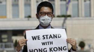 檔案照片:2020年8月25日,圖為羅冠聰在中國外長王毅與意大利外長迪馬約在羅馬舉行會晤時,參加聲援香港的抗議活動。