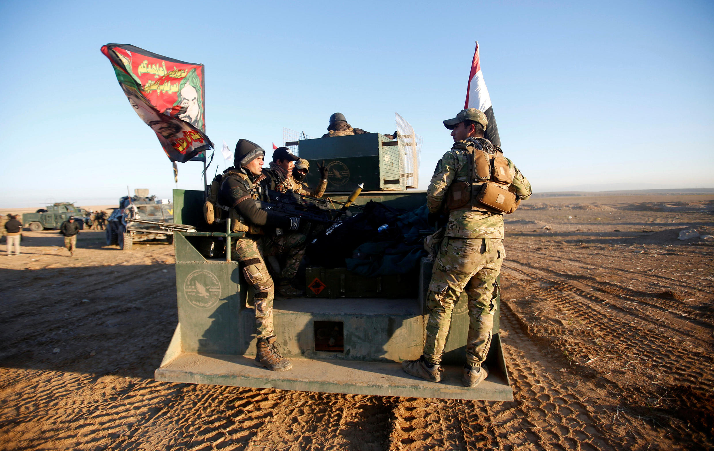 Fuerzas de seguridad iraquíes avanzan hacia el oeste de Mosul el 19 de febrero de 2017.