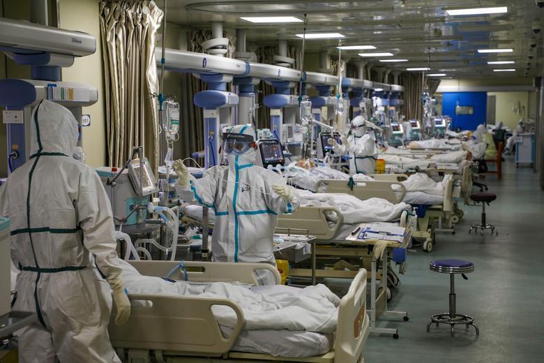 武汉一医院中医护人员救助患者资料图片