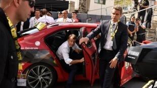 Эмманюэль Макрон стал первым президентом, который провел на Тур де Франс два дня.