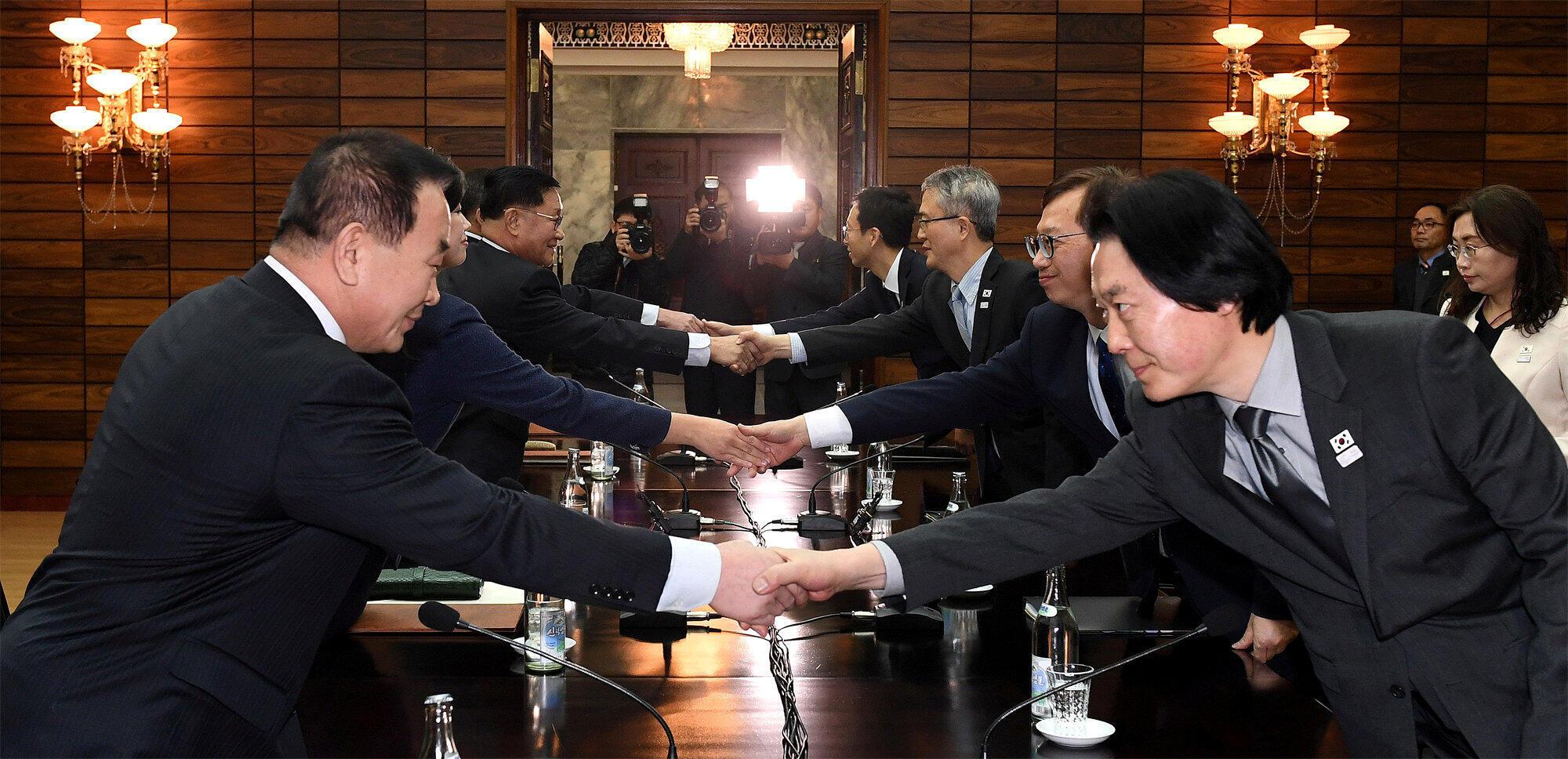Les délégations de Corée du Nord et du Sud, le 15 janvier 2018, au village frontalier de Panmunjom (côté Nord), lors de négociations sur la présence d'artistes nord-coréens aux Jeux olympiques de Pyeongchang.