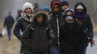 Un groupe de Kosovars tentant de traverser illégalement la frontière hongro-serbe.