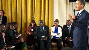 Le president américain Barack Obama s'adresse à un panel de jeunes Africains à la Maison Blanche en 2013.