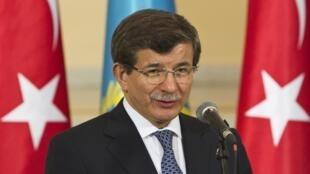 Ahmet Davutoglu, le chef de la diplomatie, avait appelé au téléphone plusieurs capitales européennes pour tenter d'empêcher une intervention de l'armée en Egypte.
