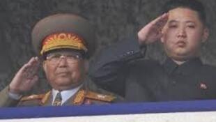已故朝鲜人民军元帅金永春与朝鲜最高领导人金正恩资料图片