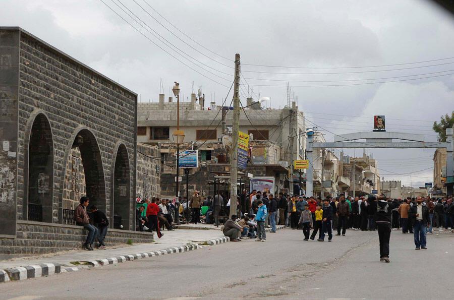 Des manifestants regroupés près de la mosquée Omari au sud de la ville de Deraa en Syrie, le 22 mars 2011.