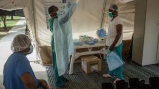 Des membres de Médecins sans frontières à l'hôpital Drouillard du quartier Cité Soleil à Port-au-Prince le 3 juin 2020.