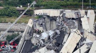 Equipes de resgate continuam trabalhando na busca de sobreviventes nos destroços da ponte Morandi, em Gênova, na Itália.