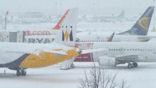 Gran Bretaña: aviones inmovilizados en la pista del aeropuerto de Gatwick el 1° de diciembre de 2010.