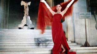 奥黛丽 赫本在卢浮宫里