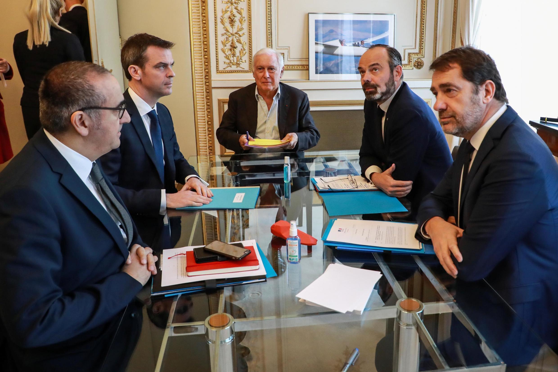 Le sécretaire d'État à l'Intérieur Nunez, le ministre de la Santé et de la Solidarité Veran, l'immunologiste Delfraissy, le 1er ministre français Philippe et le ministre de l'Intérieur Castaner siègent au ministère de l'Intérieur à Paris, le 13/03/2020.