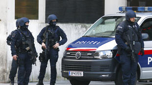 A capital austríaca amanheceu com policiamento reforçado nesta terça-feira, após o atentado terrorista que provocou a morte de quatro pessoas e deixou 14 feridos, seis delas em estado grave.