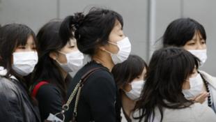 存檔圖片:日本:戴口罩的人們 Image d'archive: Japon: femmes masquées