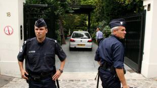 Policiais em frente à casa da herdeira da L'oreal, Liliane Bettencourt.