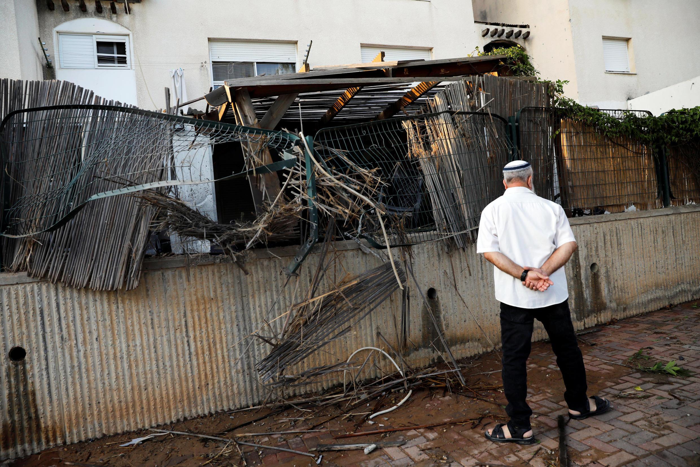 Дом в городе Сдерот (Израиль), в который попала ракета, выпушенная из сектора Газа, 14 июля 2018 г.