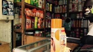 Au grand marché de Dakar, quasiment tous les produits servent au blanchiment de la peau.