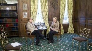 La secrétaire d'Etat américaine Hillary Clinton (d) et la chancelière allemande Angela Merkel (g) lors de la 47e Conférence sur la sécurité à Munich, le 5 janvier 2011.