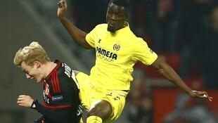 Eric Bailly au duel avec un joueur du Bayer Leverkusen lors d'un match de Ligue Europa.