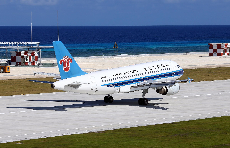 Máy bay của China Southern Airlines đáp xuống Đá Chữ Thập ngày 06/01/2016.