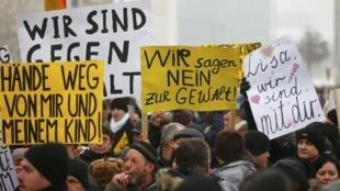 Germano-russos protestam nas ruas de Berlim contra as violências sexuais ocorridas na Alemanha por imigrantes. 23/01/16