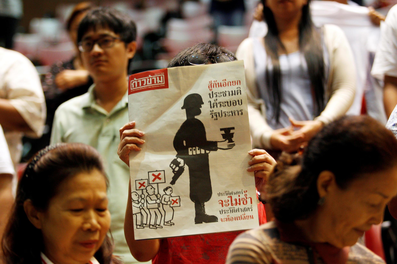 Bangkok : Phản ứng của những người chống dự thảo Hiến pháp sau kết quả bỏ phiếu, ngày 07/08/2016.