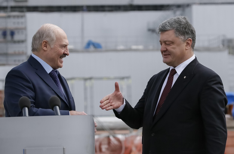 Президенты Украины и Беларуси Петр Порошенко и Александр Лукашенко на встрече 26 апреля 2017