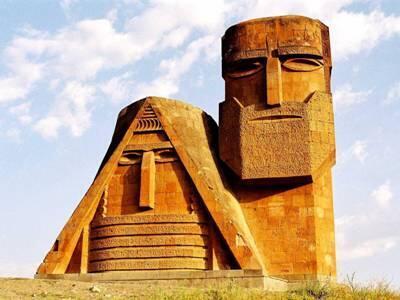 Мы — наши горы, монумент на въезде в Степанакерт.