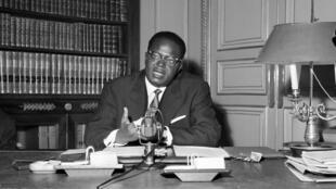 Hubert Maga, en conférence de presse, le 30 octobre 1961 à l'ambassade de la République du Dahomey à Paris.