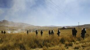 Policiais chegam à província de Espinar, na região de Cusco, em 28 de maio de 2012.